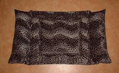 Duo'lucht'bed, aan beide hoofdeinden gevuld met knisperballetjes of fiberfill met of zonder catnip!  (Richtprijs Euro 30,00)